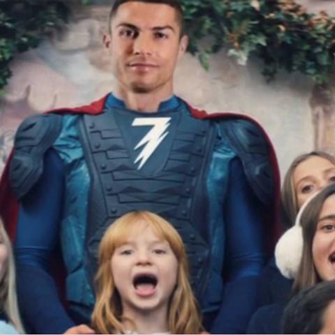 En el comercial, CR7 aparece vestido de superhéroe. Foto: Internet