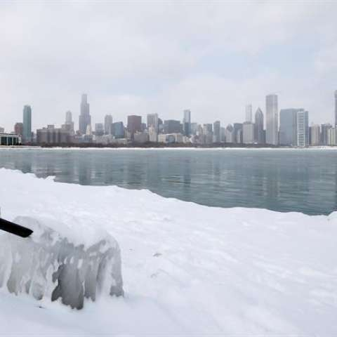 Vista de las aguas heladas del lago Michigan en Chicago, Illinois (Estados Unidos), este martes. EFE