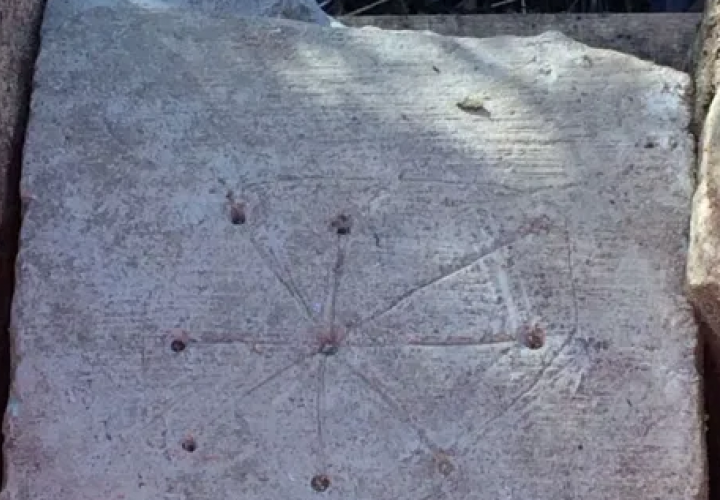¡Increíble! Arqueólogos descubren marcas de brujas en una iglesia