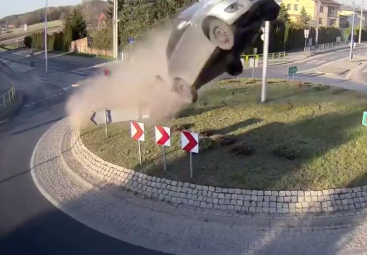 Carro choca una rotonda, vuela por el aire, derriba pino y cae junto a iglesia