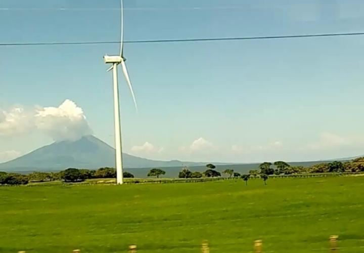 Viaje por Centroamérica, entre torres eólicas, volcanes y grúas pospanamax