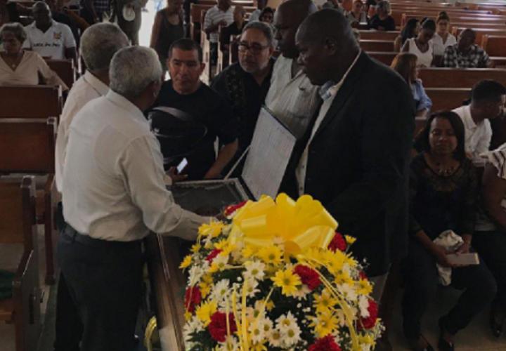 Familiares, amigos y personalidades del deporte panameño le dieron el último adiós al boxeador. Foto: Twitter