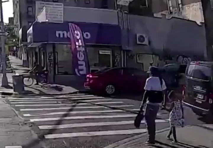 Matan a tiros a hombre que caminaba de la mano de su hija en Nueva York (Video)