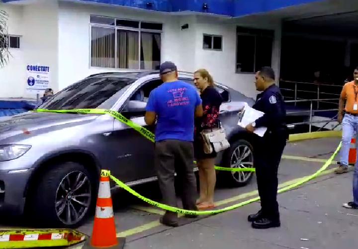 El vehículo del prestamista fue inspeccionado por criminalistica en las afueras del hospital regional Rafael Hernández. Foto: Mayra Madrid