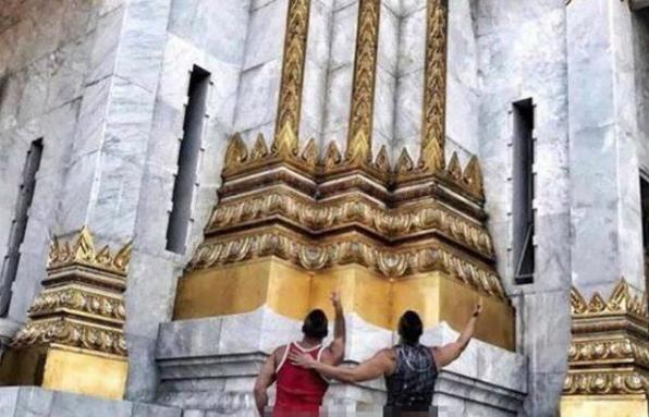 Joseph y Travis fueron detenidos en el aeropuerto internacional Don Muang de Bangkok después de que sus fotos se hicieran virales en las redes.  EFE