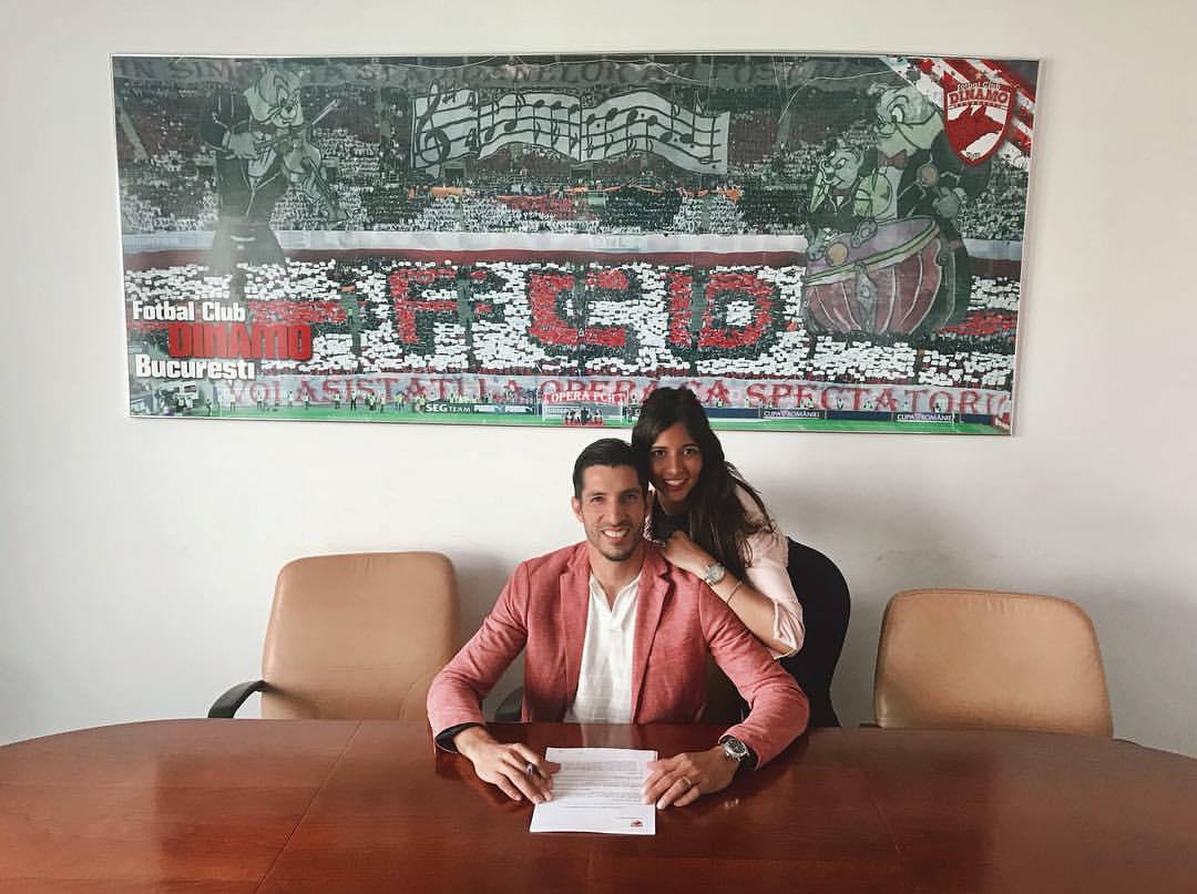 Jaime Penedo y su esposa Angie Malca durante la firma del contrato.