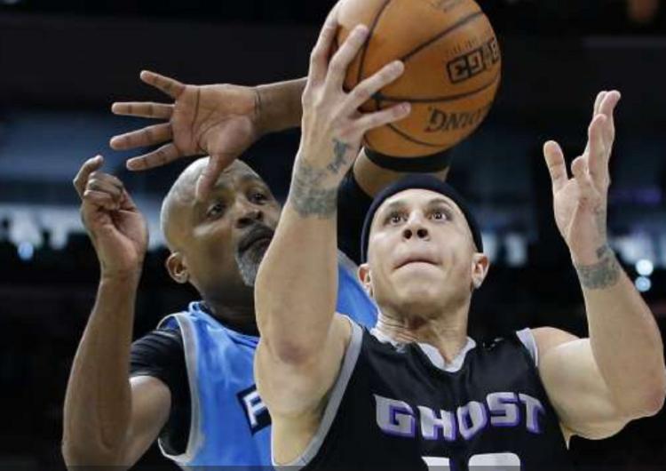 El exjugador de la NBA actualmente entrena al equipo de baloncesto de la Escuela Secundaria Shadow Mountain de Arizona. Foto: AP