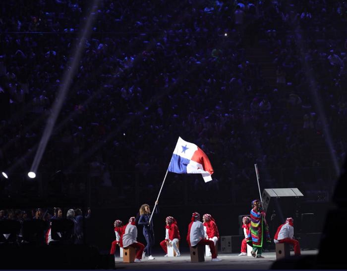 La taekwondista panameña Carolena Carstens fue la abanderada de la delegación panameña en el acto inaugural. Foto: COP