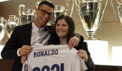 Cristiano Ronaldo posa junto a su madre, Dolores Aveiro. Foto: Instagram